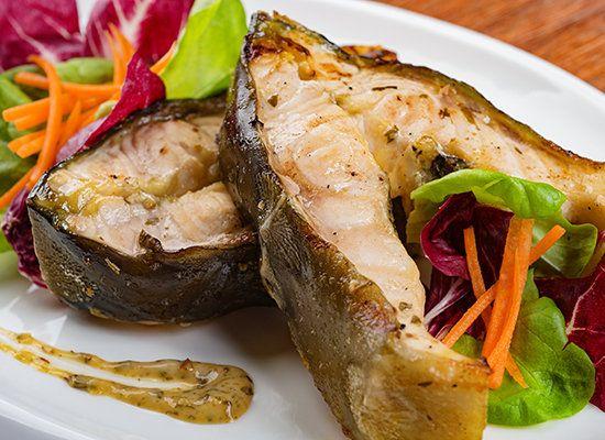 Жареный осетр — рецепт с фото; осетр жареный на сковороде — особенности приготовления: нарезка рыбы, подготовка к жаренью, правильная обжарка на сковороде; рецепт жареного осетра, вариации рецепта приготовления жареного осетра.
